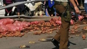 Tráfico de vehículos genera volcamiento de camión con sacos de papas en Los Ángeles