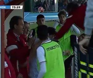Entrenador golpeó a jugador en Italia luego que le reclamara por modificarlo