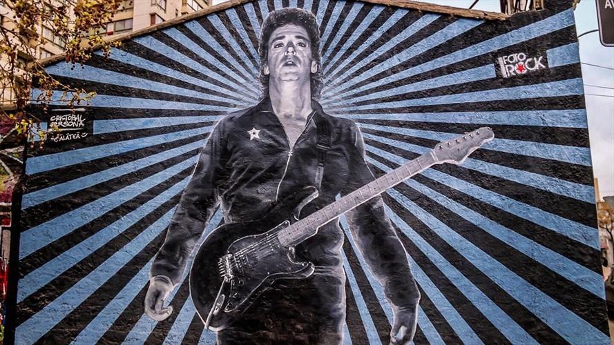Graffiteros rayaron mural de Gustavo Cerati en el centro de Santiago