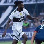 Adebayor debutó por Olimpia con empate en clásico paraguayo