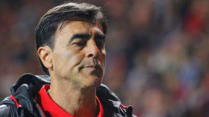 ¿Adiós comandante? Gustavo Quinteros podría reemplazar a Mario Salas en la banca de Colo Colo