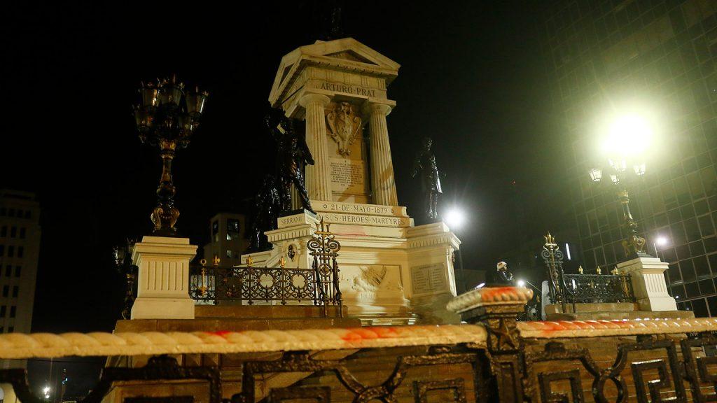 Ministerio de Defensa y Armada condenaron ataque al Monumento a los Héroes de Iquique en Valparaíso