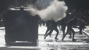 8 vehículos quemados y 23 carabineros heridos en balance de primera noche de Viña 2020
