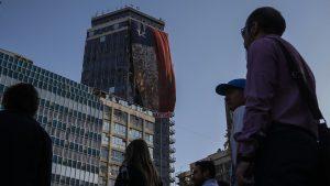 Despliegan réplica gigante de bandera símbolo del terremoto y tsunami de 2010