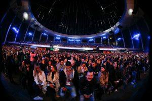 Retraso de Maroon 5 genera pifias entre el público de Viña 2020
