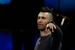 """Revisa los memes que dejó la """"disculpa"""" de Adam Levine por su show en Viña 2020"""