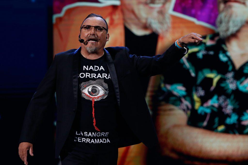 """El """"Flaco"""" envió mensaje político en su polera durante segunda parte de su rutina en Viña 2020"""