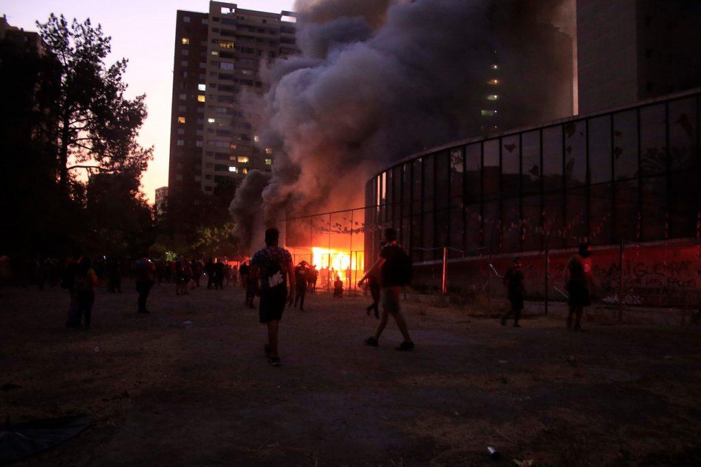 Videos registraron incidentes en inmediaciones del Museo Violeta Parra previo al incendio