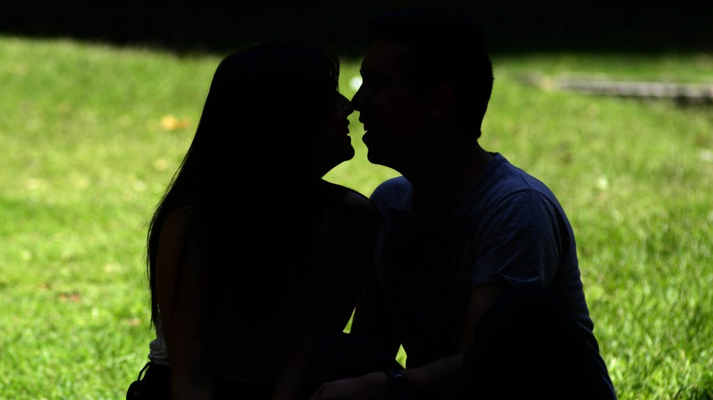 """9 de cada 10 chilenos no se declara """"apasionado"""" en el amor, según estudio"""