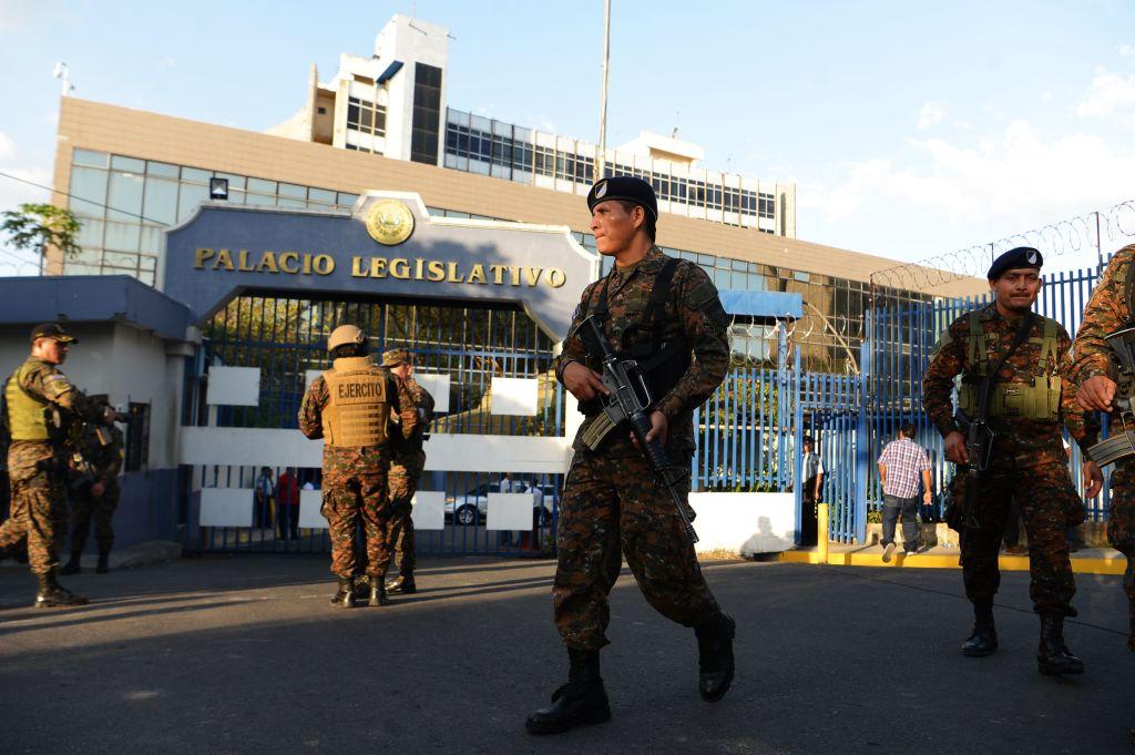 Los militares rodeando el congreso de El Salvador