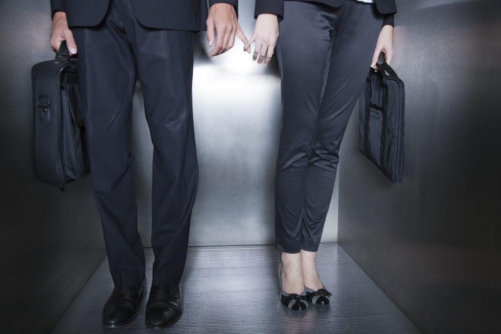 Estudio afirma que chilenos prefieren no revelar si están en una relación sentimental en el trabajo