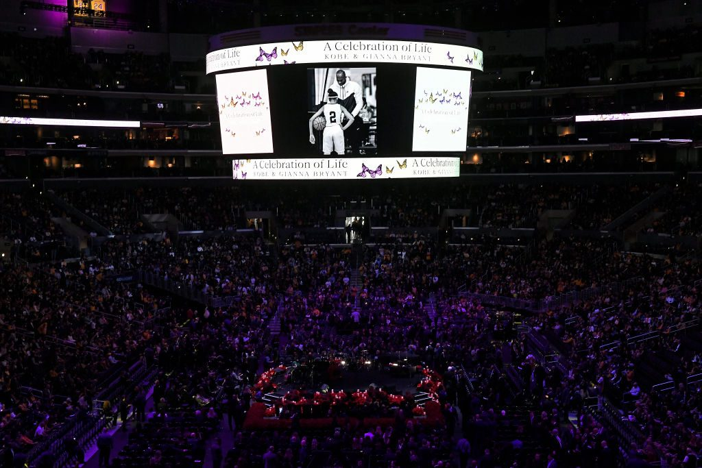 Kobe Bryant y su hija Gianna recibieron un multitudinario homenaje en el Staples Center