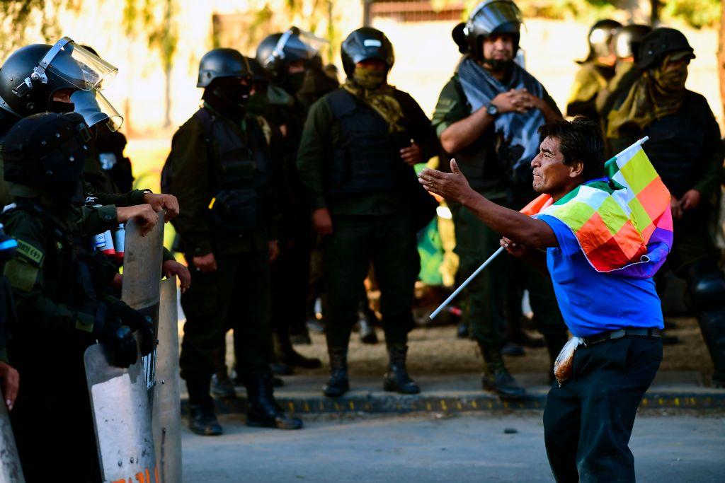 La policía reprime una manifestación en la ciudad de La Paz