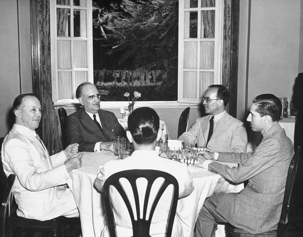 Del Pont, Guinazu, Enrique Ruiz Guinazu Junior., Ricardo Bunge y Mario Amadeo en el Gloria Hotel en 1942