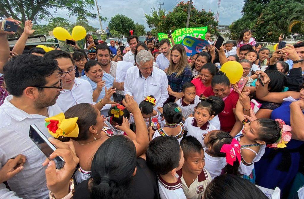 Andrés Manuel López Obrador fue recibido como estrella en aeropuerto lleno en Tabasco