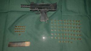 Carabineros arrestó a un hombre que portaba una subametralladora y municiones en Pudahuel