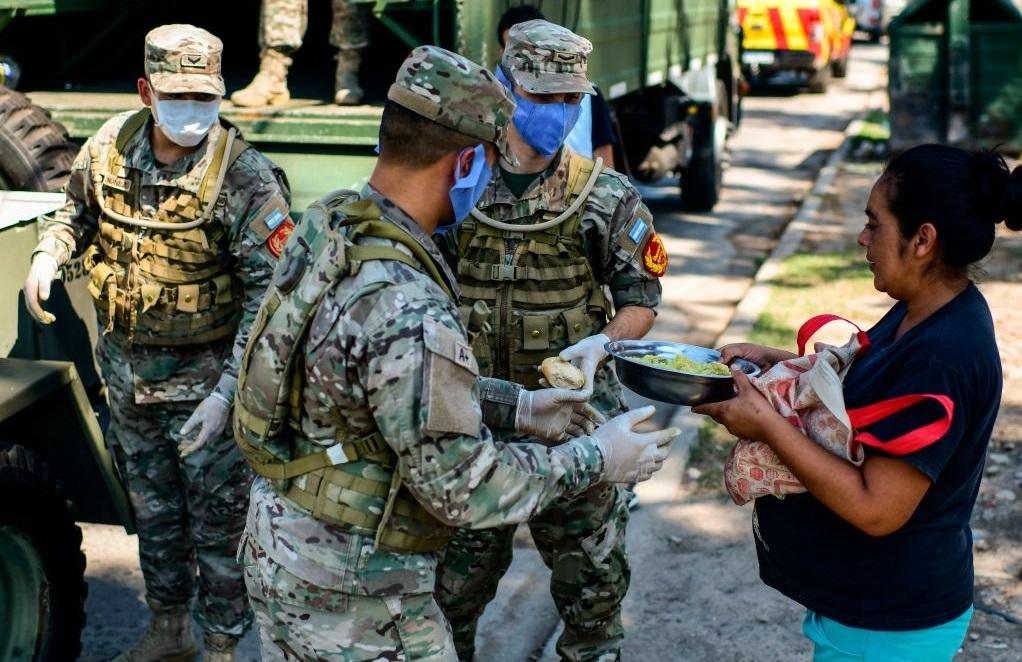 Militares argentinos reparten raciones de alimentos en zonas carenciadas de Buenos Aires