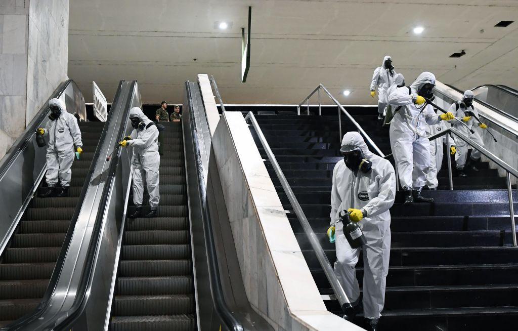 Un grupo de efectivos militares higienizan el metro de la ciudad de Brasilia