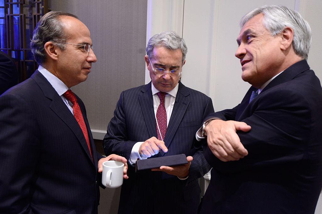 Una cita entre los exmandatarios Álvaro Uribe y Felipe Calderón, junto al actual gobernante Sebastián Piñera