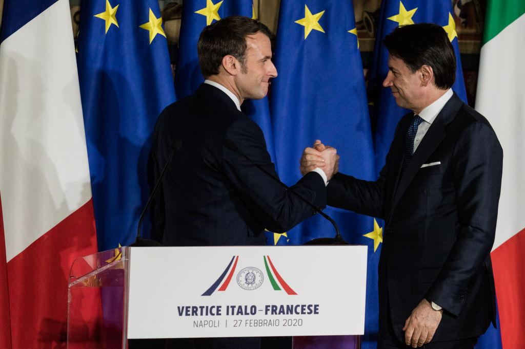 Macron y el gobernante italiano Giuseppe Conte en una conferencia en febrero de 2020