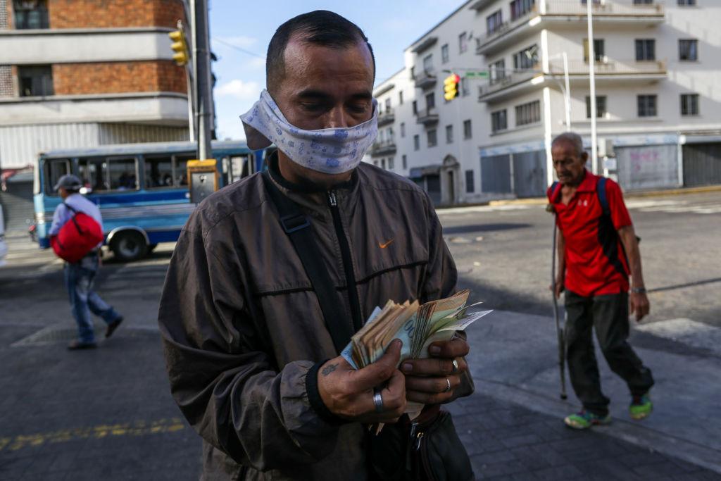Un hombre revisa su dinero en la ciudad venezolana de Caracas