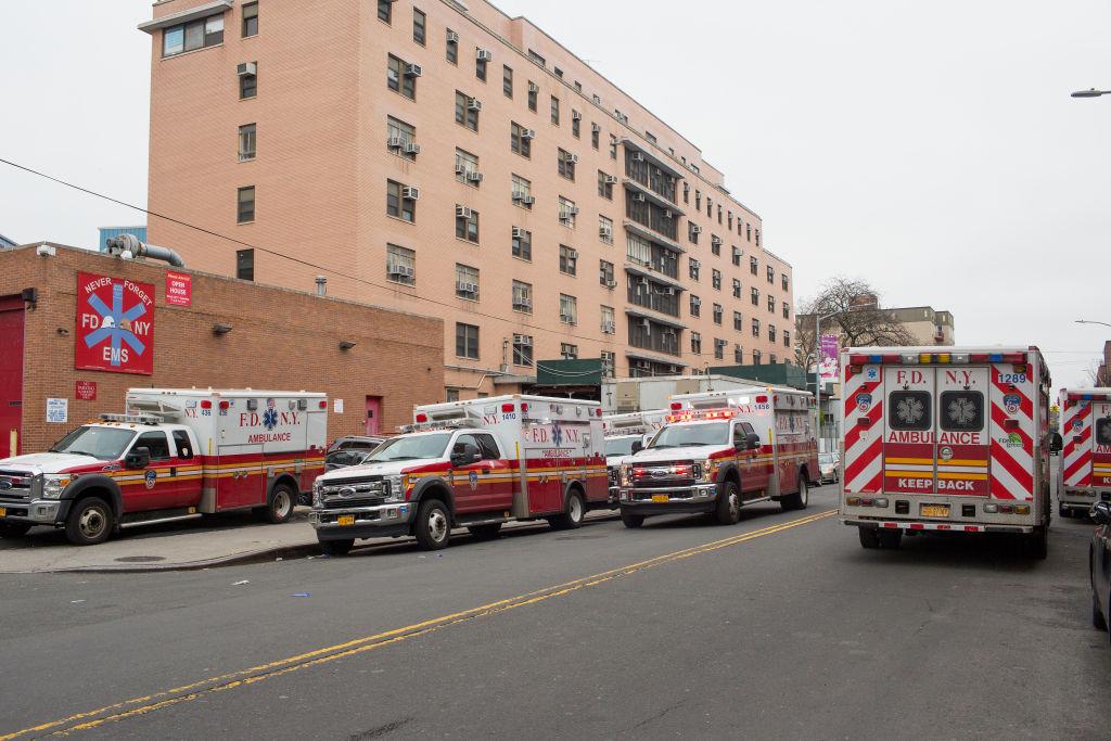 Las ambulancias esperan a las afueras del Hospital Elmhurst de la ciudad de Nueva York