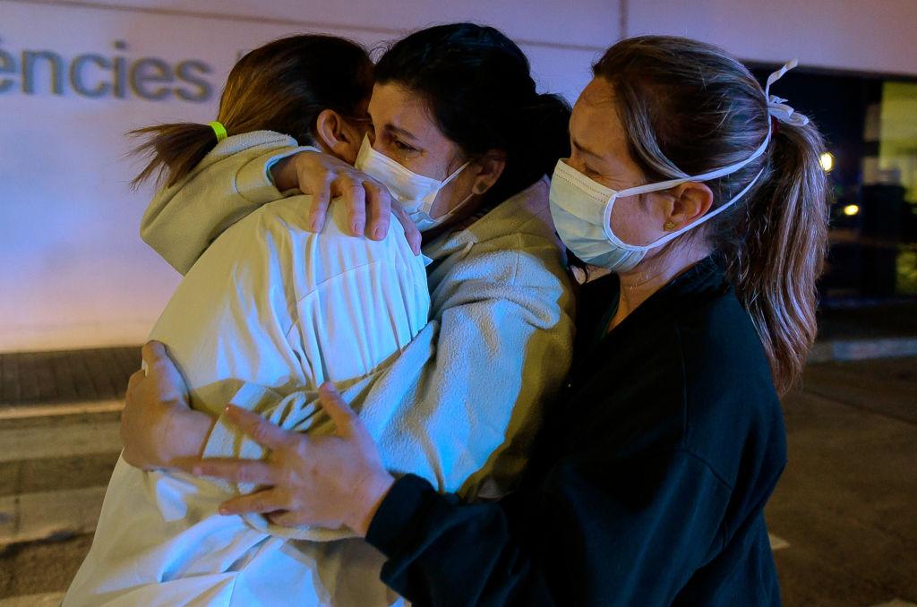 Trabajadoras de un hospital de Valencia lloran en medio de la crisis por el nuevo coronavirus