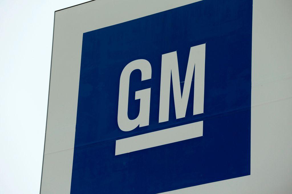 El logo de una sede de la empresa General Motors
