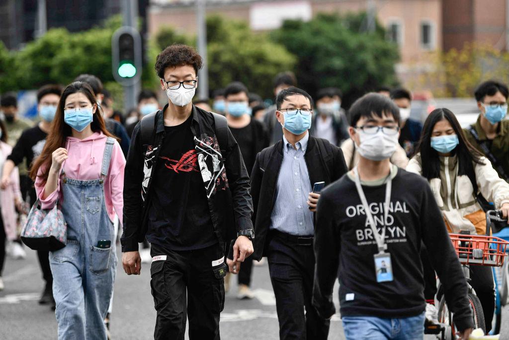Las personas regresan a sus trabajos tras el aislamiento en la ciudad china de Guangzhou