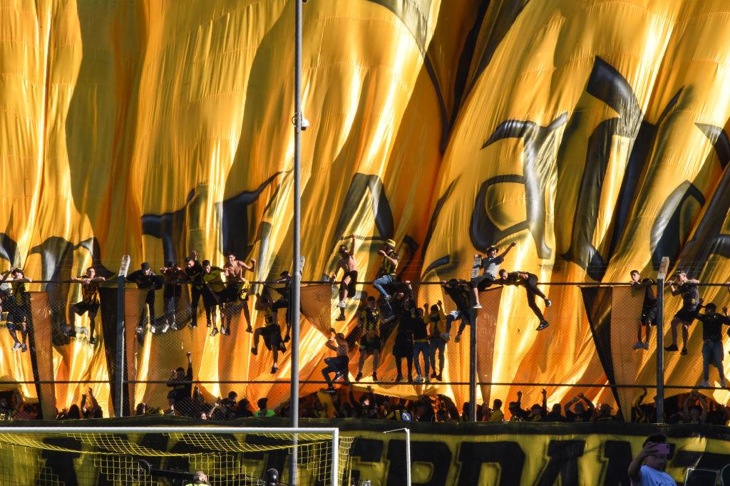 Un grupo de hinchas de Peñarol en el Estadio Campeón del Siglo de Montevideo