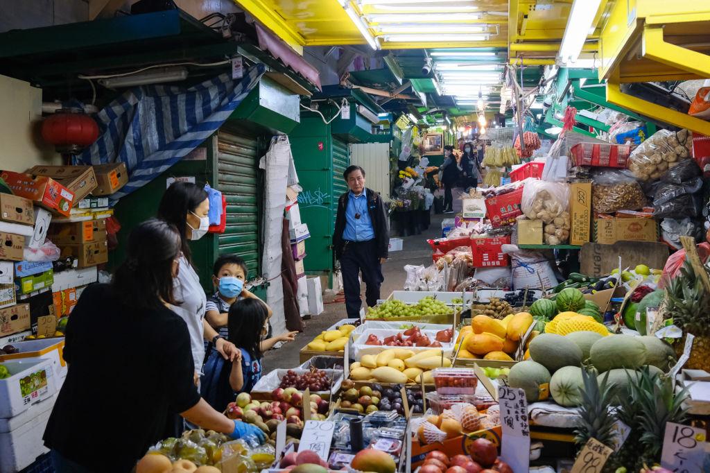 Los ciudadanos chinos regresan a un mercado de alimentos en Hong Kong