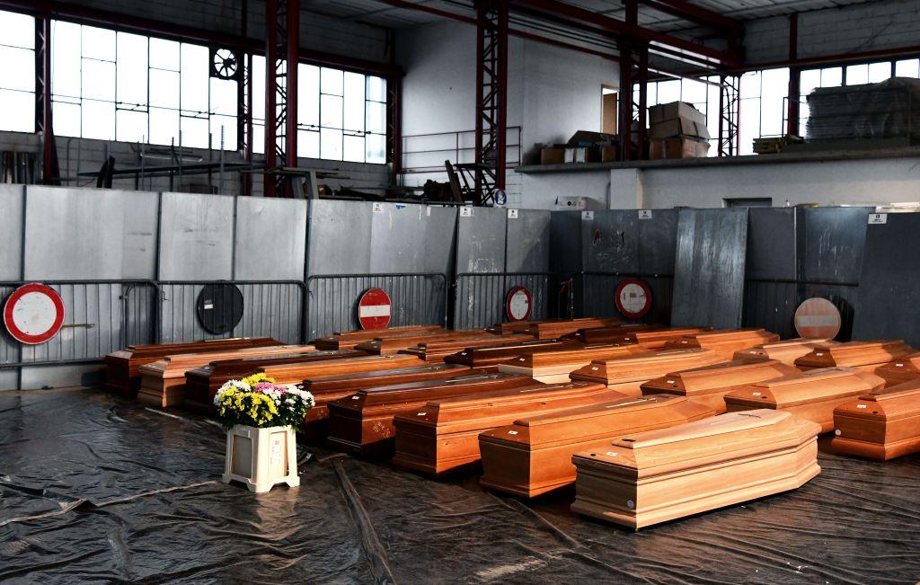 En un almacén 35 ataúdes esperan ser trasladados a un crematorio en Italia