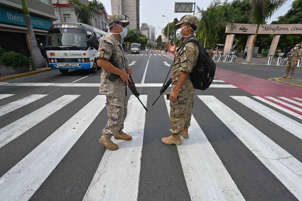 Efectivos militares vigilan las calles de Lima en medio de la cuarentena por el coronavirus