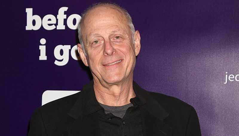 """Mark Bloom. Actor de la serie """"You"""". Falleció por la pandemia."""