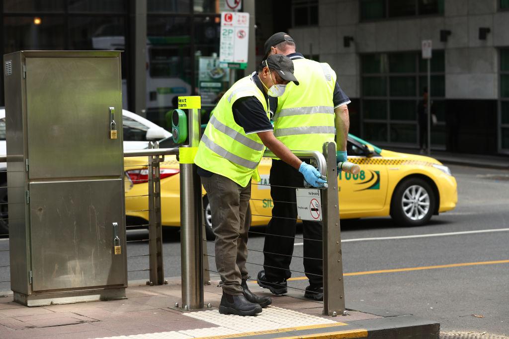 Equipos sanitarios australianos higienizan las calles en Melbourne