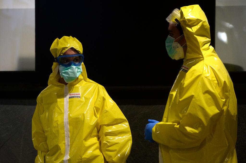 Paramédicos españoles se alistan para buscar pacientes contagiados en la ciudad de Vigo