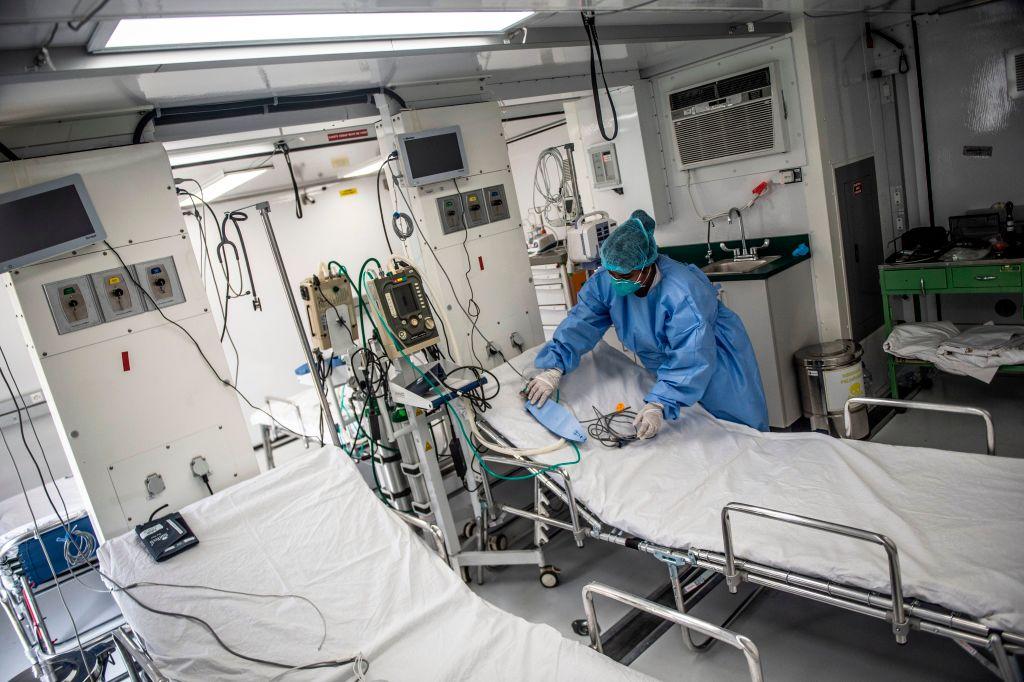 Un médico prepara unas camas hospitalarias en medio de la crisis por el Covid-19 en Perú