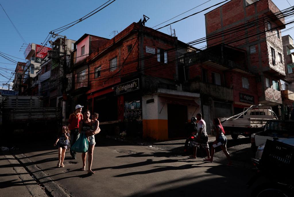En una favela de Sao Paulo se reparten alimentos