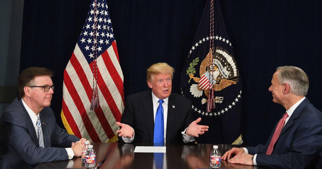 Dan Patrick participa de una reunión con el gobernante republicano Donald Trump