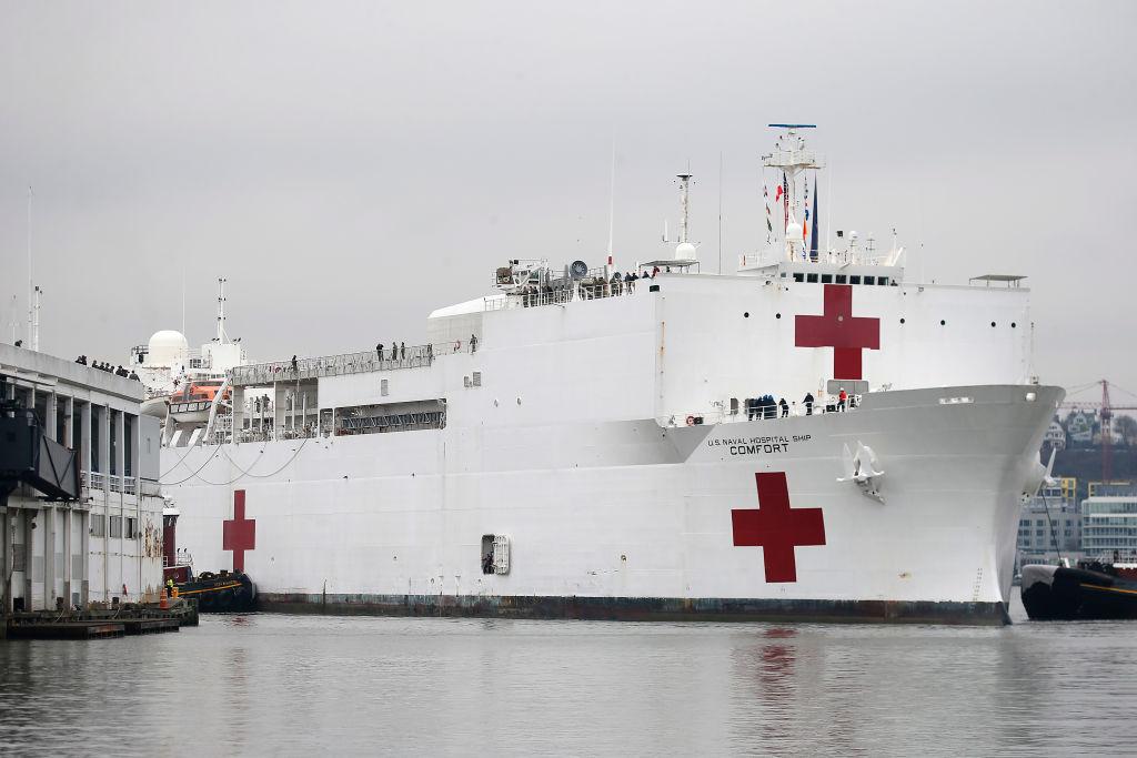 El barco de asistencia médica USNS Comfort arriba al puerto de Nueva York