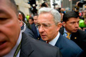 Partido de Álvaro Uribe presiona por cambio constitucional para cambiar a la justicia