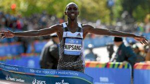 Arrestan a estrella mundial de la maratón por estar bebiendo durante el toque de queda en Kenia