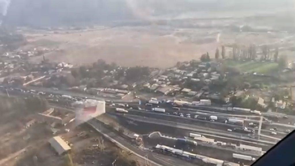 Imágenes aéreas captan a cientos de santiaguinos tratando de abandonar la capital