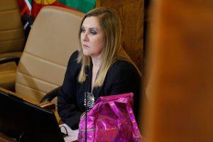 """Fiel a su estilo: Pamela Jiles hizo el gesto de """"Los Locos Addams"""" durante votación en la Cámara"""