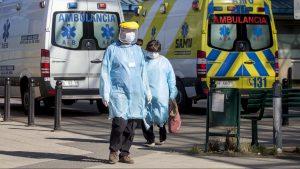 """Reportaje: La """"otra primera línea"""", ¿cómo viven la pandemia por el Covid-19 los trabajadores de la salud en Chile?"""