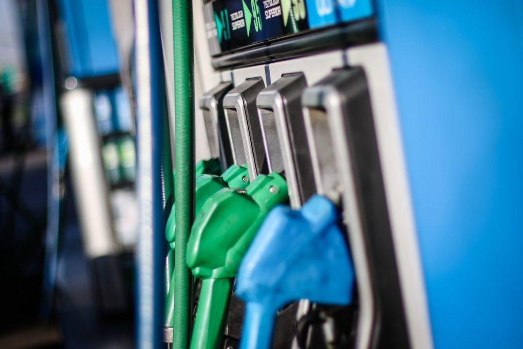 Precio de los combustibles tendrá contundente caída: bencinas bajarán hasta $25 por litro