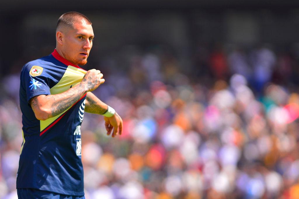 Nicolás Castillo defendiendo al Club América de México