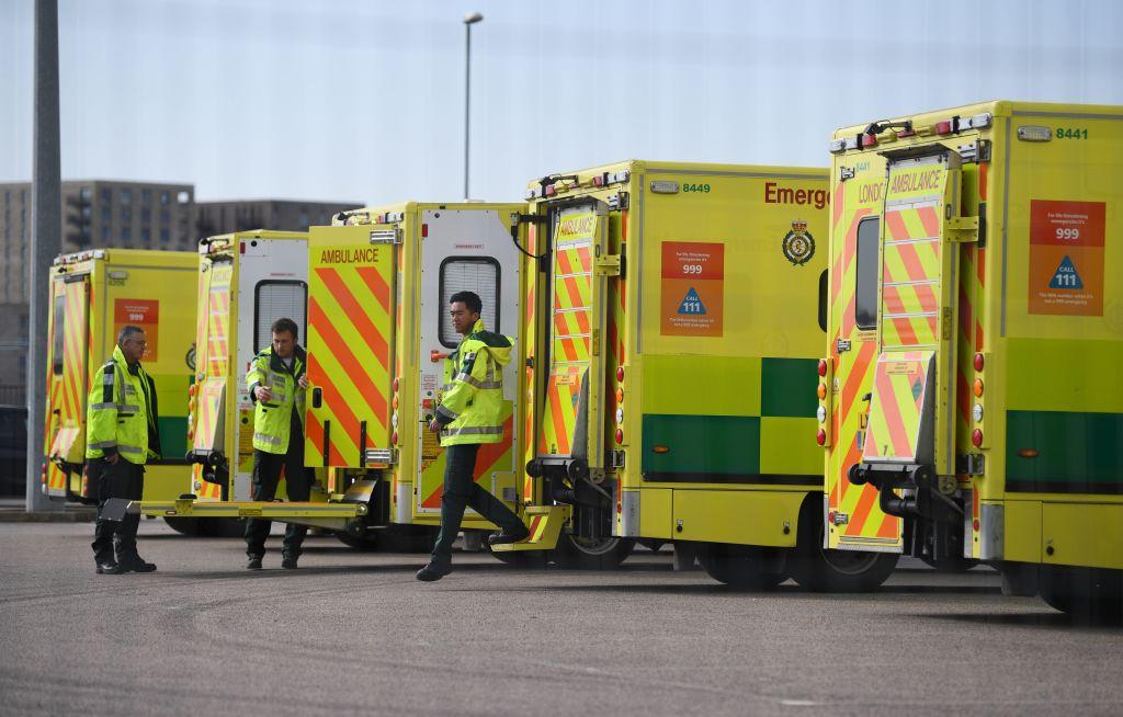 Un grupo de ambulancias se prepara en un hospital de la ciudad de Londres