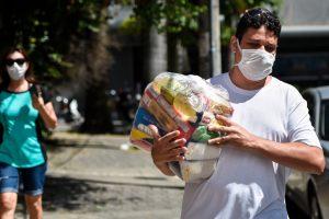 Brasil aprobó salario básico para 60 millones de trabajadores informales por Covid-19