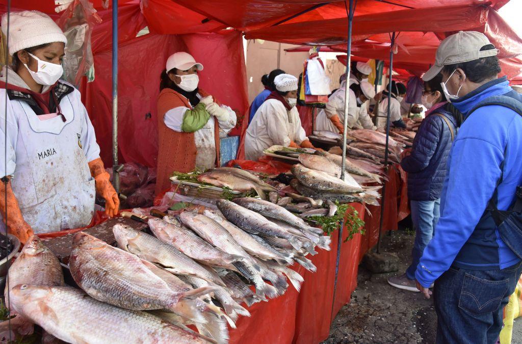 Los vendedores utilizan mascarillas en un mercado de la ciudad de La Paz